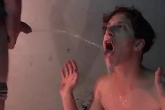 Novinho recebendo jato de mijo branco (piss)