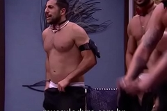 BBB18 Lucas, Kaysar e Breno fazem stripper para Mahmoud - Insta: @musculoduroblog
