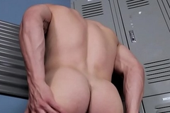 Powerfully built hunk demonstrates round ass added to wanks solo