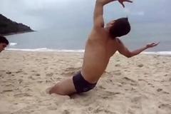 Luta livre na praia de sunga