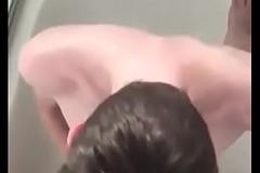Novinho batendo punheta e tomando banho de mijo (piss)
